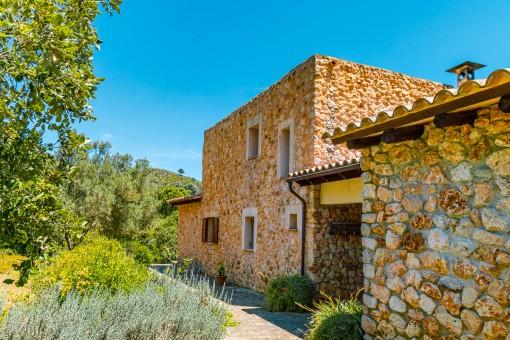 Vista de la fachada de piedra natural
