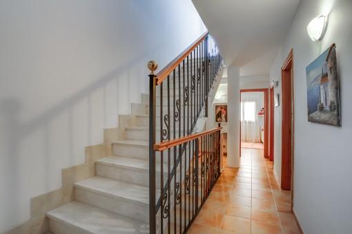 Escalera y corredor
