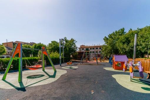 Parque infantil cerca del piso