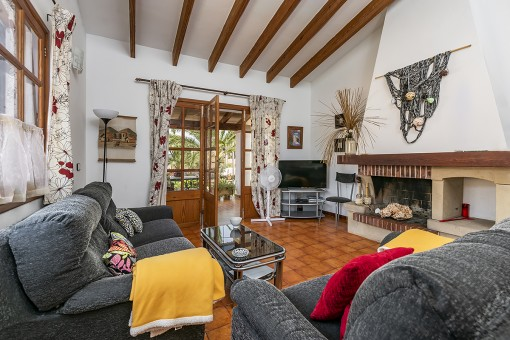 Sala de estar con chimenea