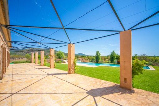 Vista al jardín y la piscina