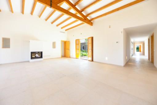 Sala de estar inundada por luz natural con chimenea