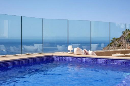 Piscina y vistas al mar