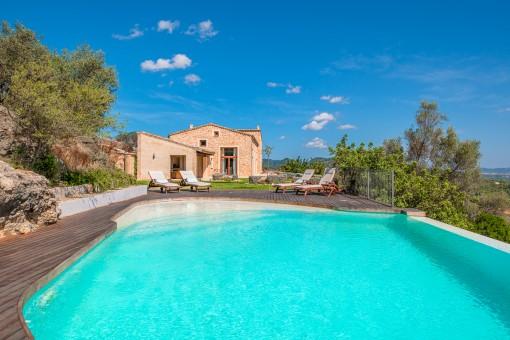 Jardín atractivo con piscina