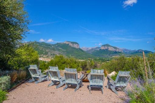 Zona de estar con vista a la montaña de Alaró