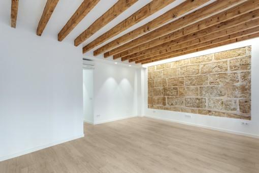 Salón con autñentica pared de piedra arenisca