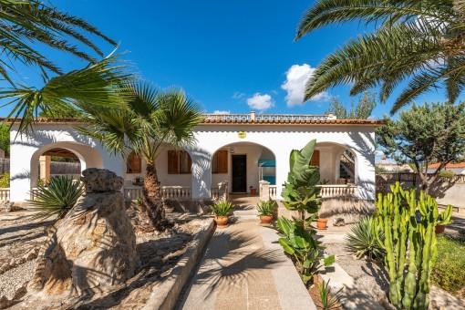Chalet mediterráneo con terraza grande y piscina en Son Moja