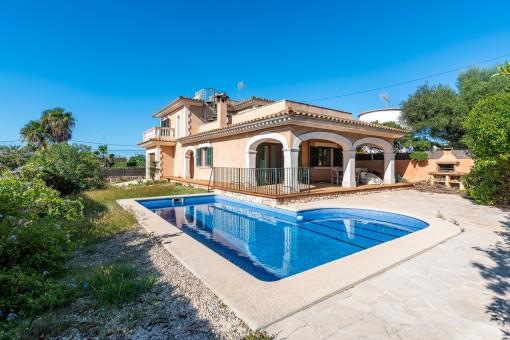 Chalet mediterráneo con piscina, gran terraza y fantásticas vistas al mar en Son Moja
