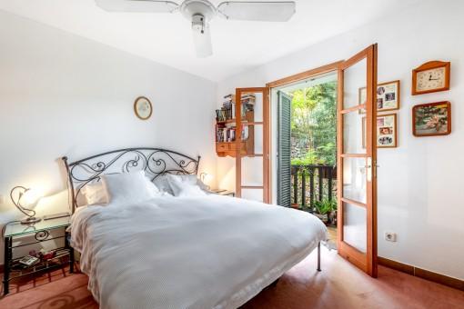Dormitorio con balcón soleado