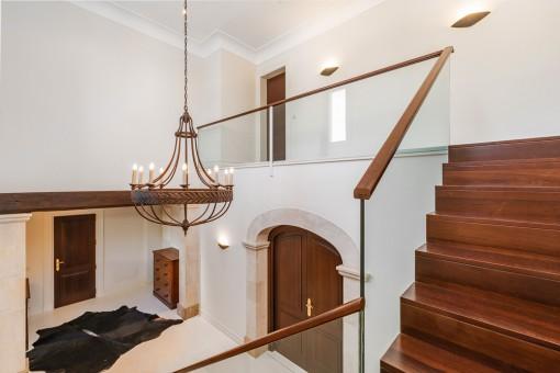 Vista al pasillo y las escaleras