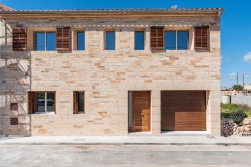 Vista frontal y garaje