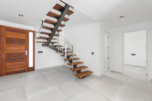 Entrada y escalera a la planta superior