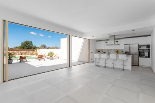 Moderno adosado de nueva construcción con piscina y vistas en Es Llombards