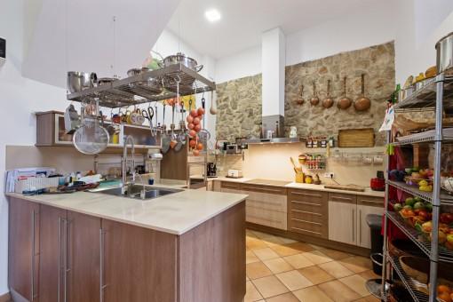 Cocina moderna con pared de piedra