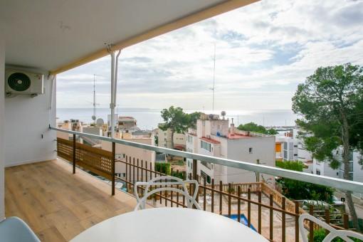 Balcón esapacioso con vistas al mar