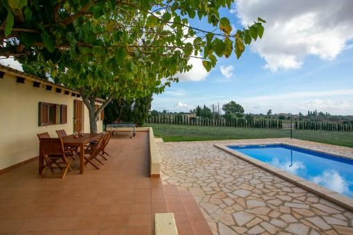 Terraza y piscina