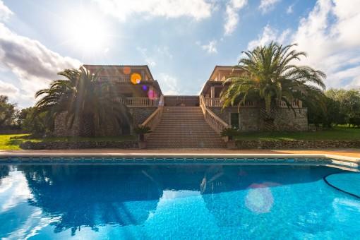 Gran piscina y escalera a la casa