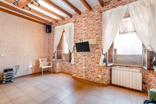Salón cin pared de piedra