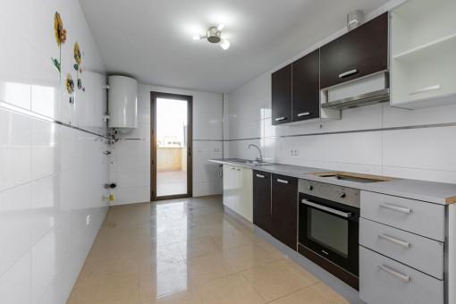 Gran cocina con acceso a la terraza