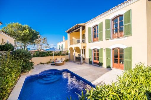 Adosado reformado en primera línea de mar con piscina privada y vistas al mar en Santa Ponsa