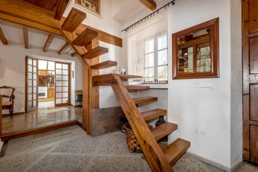 Escaleras de madera al nivel superior