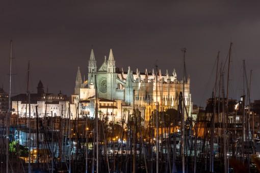 Vista de la catedraal durante la noche