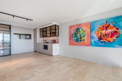 Salón luminoso con cocina