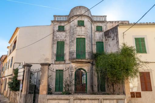 Encantadora casa art nouveau con gran jardín en el corazón de Alarós