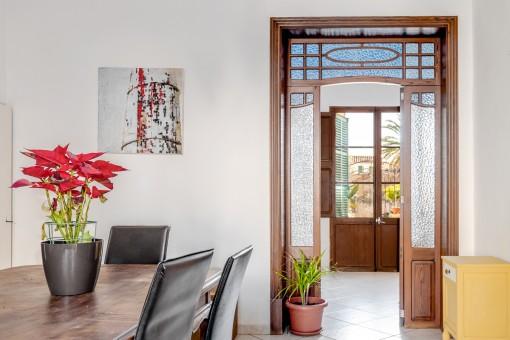 Puerta de madera con cristal coloreado