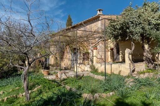 Terrazas y jardín rodean la casa