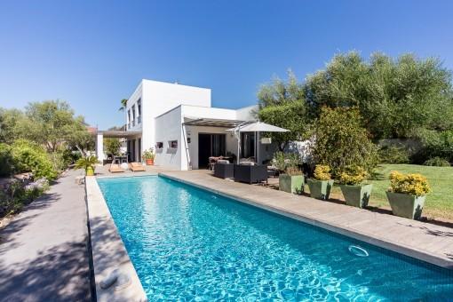 Impresionate villa, de estilo minimalista, con vistas al mar y piscina en Sa Cabaneta.