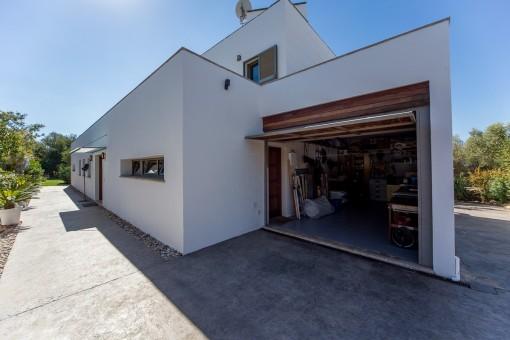 Vista exterior de la casa con garaje
