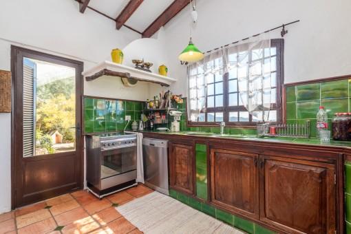 Cocina rústica con acceso al exterior