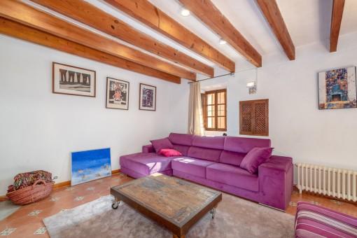 Bonito salón con vigas de madera