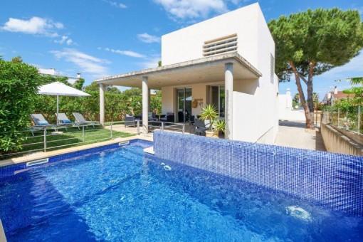 Fabulosa casa con terraza en la azotea, piscina y licencia de alquiler vacacional cerca de la playa en Colònia de Sant Pere