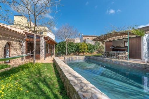 Casa histórica con un hermoso jardín, piscina y licencia vacacional en el corazón de Artà