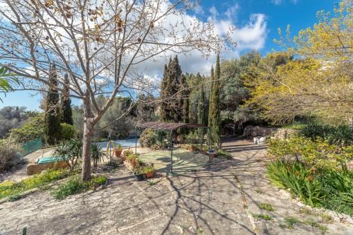 Jardín mediterráneo con piscina
