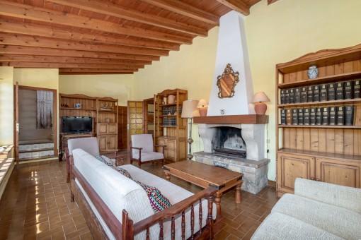Salón con área de chimenea