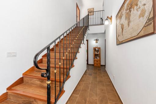 Vista al pasillo y escaleras