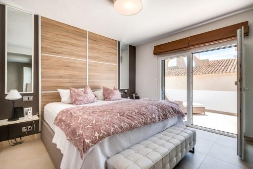Dormitorio con balcón