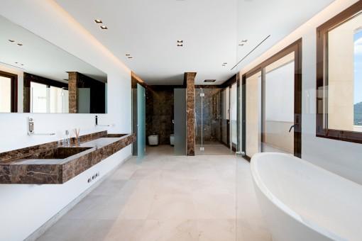 Baño en suite con ducha y bañera