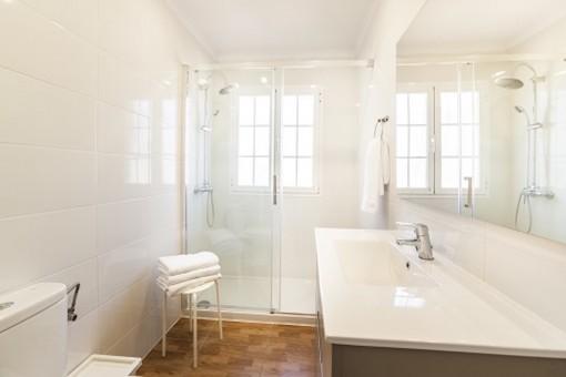 Baño moderno con luz natural