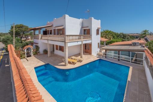 Chalet mediterráneo con vistas al mar y piscina en Cala Llombards