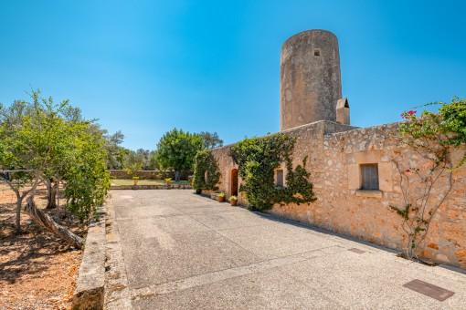 Amplia casa con bonito jardín y molino romántico en las afueras de Sencelles