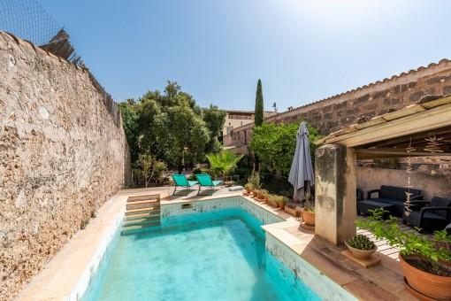 Casa de pueblo en ubicación céntrica con patio grande, piscina y garaje en Alaró