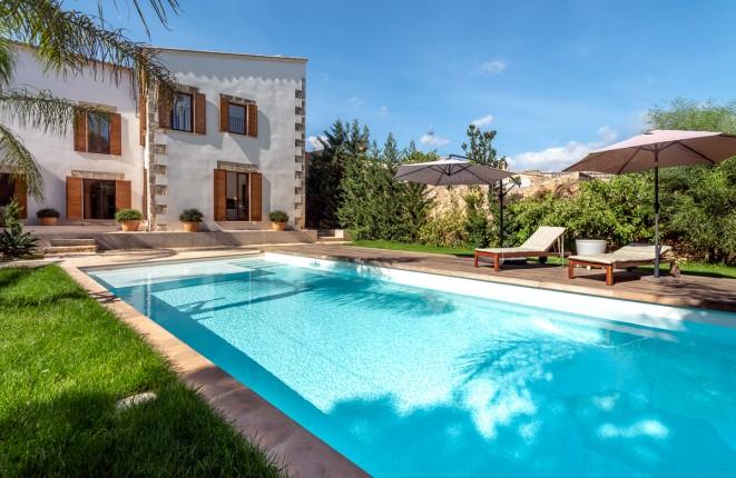 Palacete único con un bello jardín, piscina y casa de invitados en Sencelles