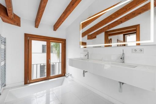 Baño noble con bañera