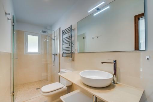 Baño en suite con ducha a nivel del suelo