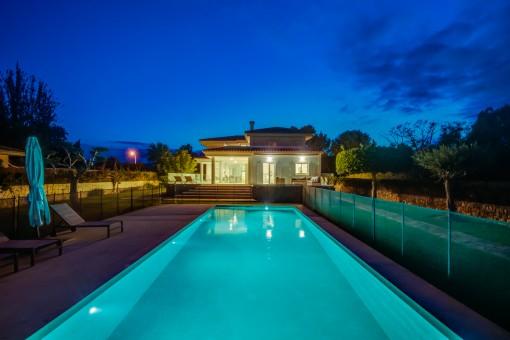 La villa por la noche