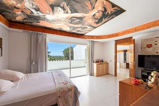 Dormitorio inundado de luz con accesso al balcón